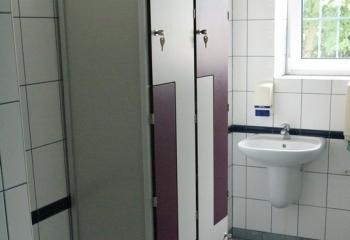 Szafki basenowe HPL biało-fioletowe drzwi