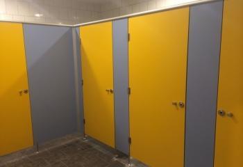 kabiny hpl żółte drzwi